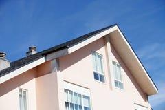 Fachada de uma casa bonita com um telhado de duas águas Imagem de Stock Royalty Free