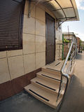 A fachada de uma casa de apartamento com um patamar e a porta Imagem de Stock Royalty Free