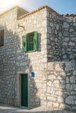 Fachada de uma casa de pedra na cidade velha litoral imagem de stock