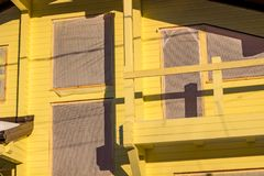 Fachada de uma casa de madeira imagens de stock royalty free