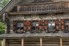 Fachada de uma casa tradicional velha do slavic imagens de stock