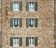 Fachada de uma casa urbana antiga feita dos tijolos e de pedras naturais Fotos de Stock