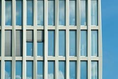 A fachada de uma construção alta Fotografia de Stock Royalty Free