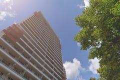 A fachada de uma construção alta com algum balcão Fotografia de Stock