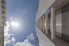 A fachada de uma construção alta com algum balcão Foto de Stock