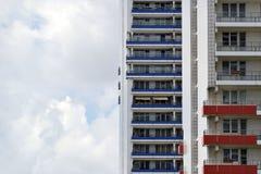 A fachada de uma construção alta com algum balcão Imagem de Stock Royalty Free