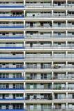 A fachada de uma construção alta com algum balcão Imagens de Stock