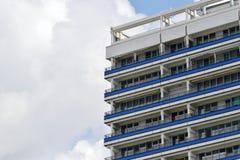 A fachada de uma construção alta com algum balcão Fotografia de Stock Royalty Free