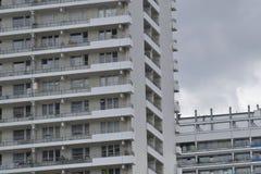 A fachada de uma construção alta com algum balcão Foto de Stock Royalty Free