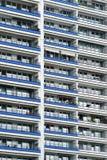 A fachada de uma construção alta com algum balcão Fotos de Stock Royalty Free