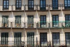 Fachada de uma construção antiga, com fileiras dos balcões Fotografia de Stock