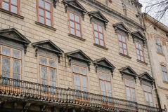 Fachada de uma construção antiga com janelas Fotografia de Stock