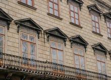 Fachada de uma construção antiga com janelas Fotos de Stock Royalty Free