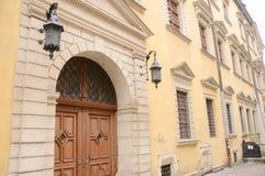 Fachada de uma construção antiga com porta de madeira Imagens de Stock