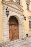 Fachada de uma construção antiga com porta de madeira Fotos de Stock Royalty Free
