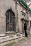 Fachada de uma construção antiga com porta e de uma janela com uma estrutura Foto de Stock Royalty Free