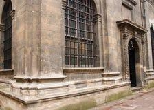 Fachada de uma construção antiga com porta e de uma janela com uma estrutura Imagens de Stock