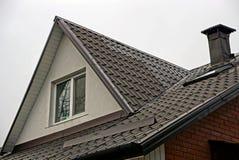 Fachada de uma construção com um telhado da porta e de ardósia da janela Imagens de Stock