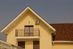 Fachada de uma construção com um telhado da porta e de ardósia da janela Fotos de Stock Royalty Free