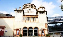 Fachada de uma construção do Mercat de les Flors em Montjuic foto de stock royalty free