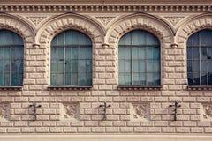 Fachada de uma construção histórica com janelas frontais imagens de stock