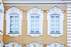 A fachada de uma construção histórica, projetada no estilo velho tradicional do russo Fotos de Stock