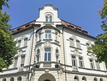 Fachada de uma construção residencial clássica Fotografia de Stock Royalty Free