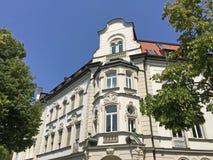 Fachada de uma construção residencial clássica fotografia de stock