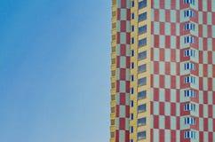 A fachada de uma construção residencial multi-colorida multi-andar fotografia de stock