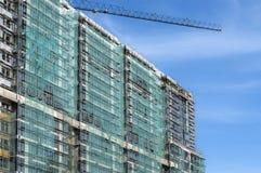 Fachada de uma construção sob a construção com uma malha protetora foto de stock royalty free