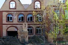 Fachada de uma construção de tijolo destruída com Windows quebrado fotos de stock royalty free