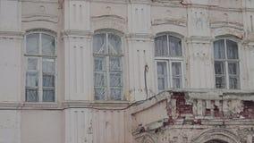 A fachada de uma construção velha abandonada 1 vídeos de arquivo