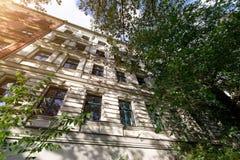 A fachada de uma construção velha com algumas janelas Imagens de Stock Royalty Free