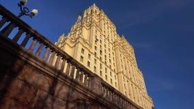 A fachada de uma construção velha com arquitetura bonita Arranha-céus de Stalin 4K video estoque