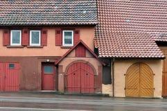 Fachada de uma construção velha com a porta da entrada Fotos de Stock