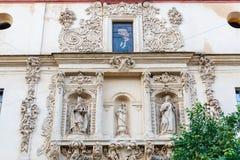 Fachada de uma igreja histórica em Sevilha, Espanha fotografia de stock