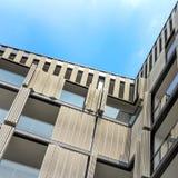 Fachada de un apartamento moderno fotos de archivo