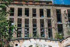 Fachada de un edificio abandonado de la fábrica Imagen de archivo