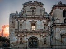 Fachada de un edificio arruinado en Antigua, con el volcán del EL Fuego en el fondo Imagen de archivo libre de regalías