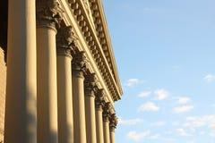 Fachada de un edificio con las columnas Foto de archivo libre de regalías