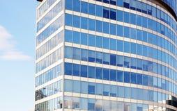 Fachada de un edificio de oficinas en un fondo del cielo azul foto de archivo