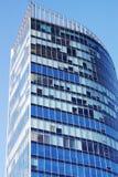 Fachada de un edificio de oficinas en un fondo del cielo azul fotografía de archivo libre de regalías