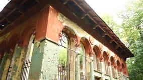Fachada de un edificio destruido viejo en bosque almacen de metraje de vídeo
