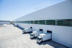 Fachada de un edificio industrial y de un almacén foto de archivo