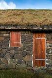 Fachada de un edificio rural típico con el tejado natural de la hierba Fotos de archivo libres de regalías