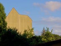 Fachada de un edificio sin ventanas Foto de archivo libre de regalías
