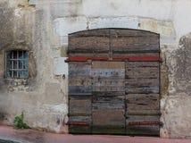 Fachada de un edificio viejo con la puerta de madera y con una ventana quebrada Borgoña, Francia Imagenes de archivo