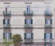 Fachada de un edificio viejo con las ventanas y el balcón Fotografía de archivo