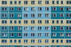 Fachada de un viejo bloque de apartamentos con muchas unidades residenciales imagen de archivo