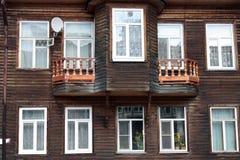 Fachada de una casa de madera vieja Imagen de archivo